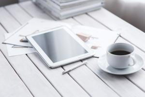 Bild mit Tablet und Kaffeetasse