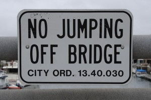 Schild No Jumping off Bridge