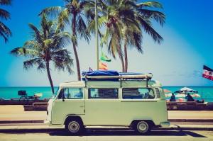 VW Bus unter Palmen